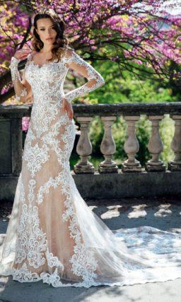 Свадебное платье «рыбка» с длинным рукавом и отделкой аппликациями.