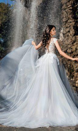 Свадебное платье с кружевным верхом и пышной юбкой.