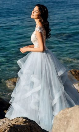Бежево-голубое свадебное платье пышного силуэта.