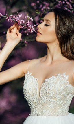 Пышное свадебное платье с бежевым корсетом под белым кружевом.