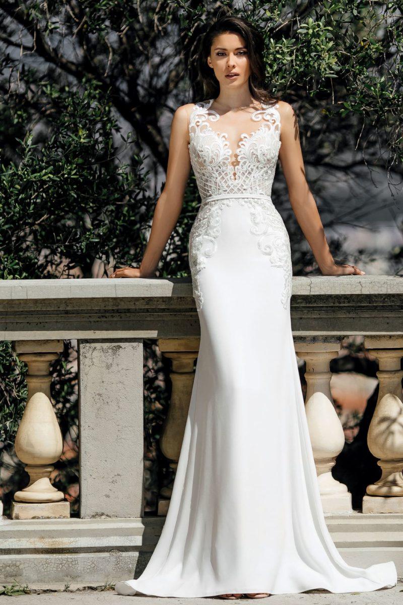 Свадебное платье облегающего кроя с элегантной открытой спинкой.