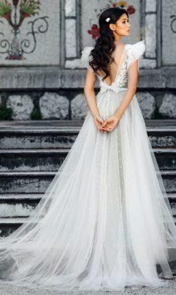 Пышное свадебное платье серого цвета с узким поясом.
