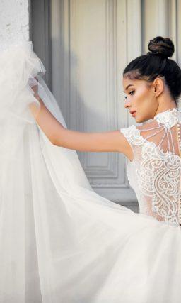 Свадебное платье пышного кроя с оригинальным декором.