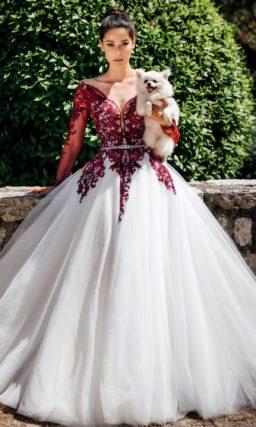 Пышное свадебное платье с кружевом винного оттенка.