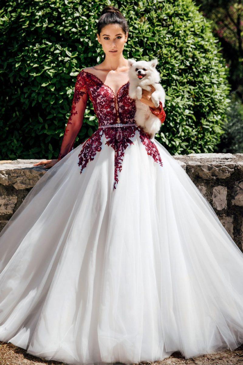 Пышное свадебное платье с красным кружевом
