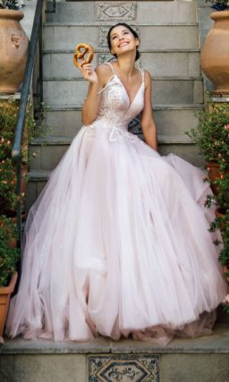 Пышное свадебное платье розового цвета с шикарным шлейфом.