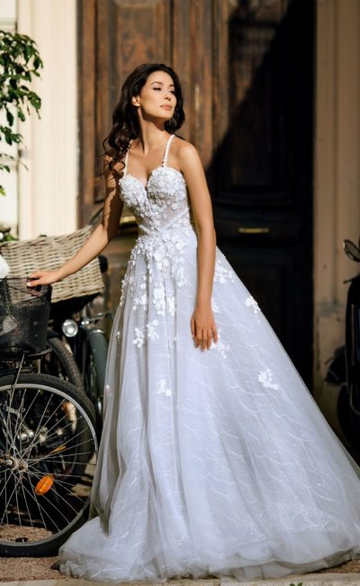 Пышное свадебное платье с необычными бретельками на спинке.