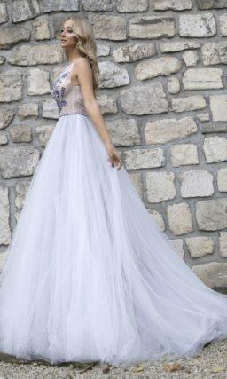 Пышное свадебное платье с лиловыми аппликациями на лифе.