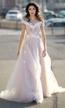 Розовое свадебное платье пышного кроя с роскошными аппликациями.