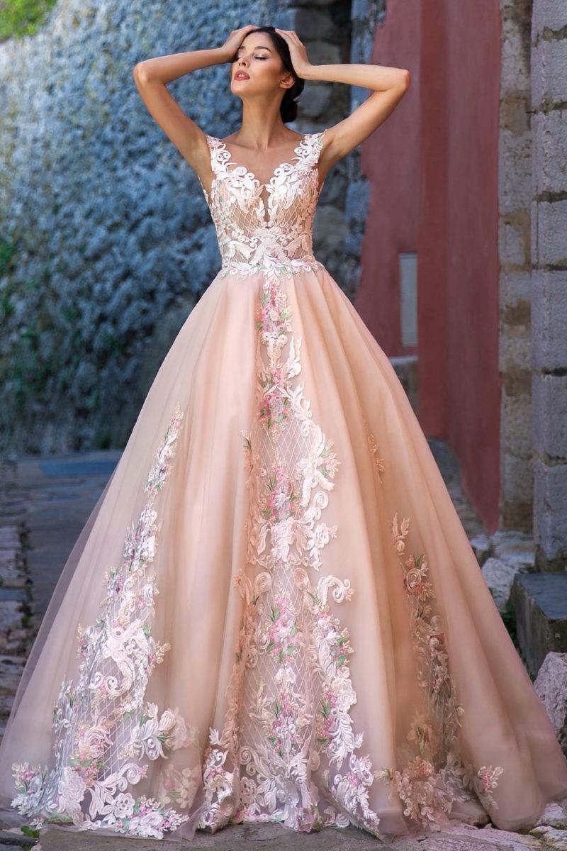 Пышное свадебное платье персикового оттенка с шикарным декором.