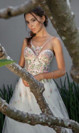 Пышное свадебное платье с разноцветными аппликациями на корсете.