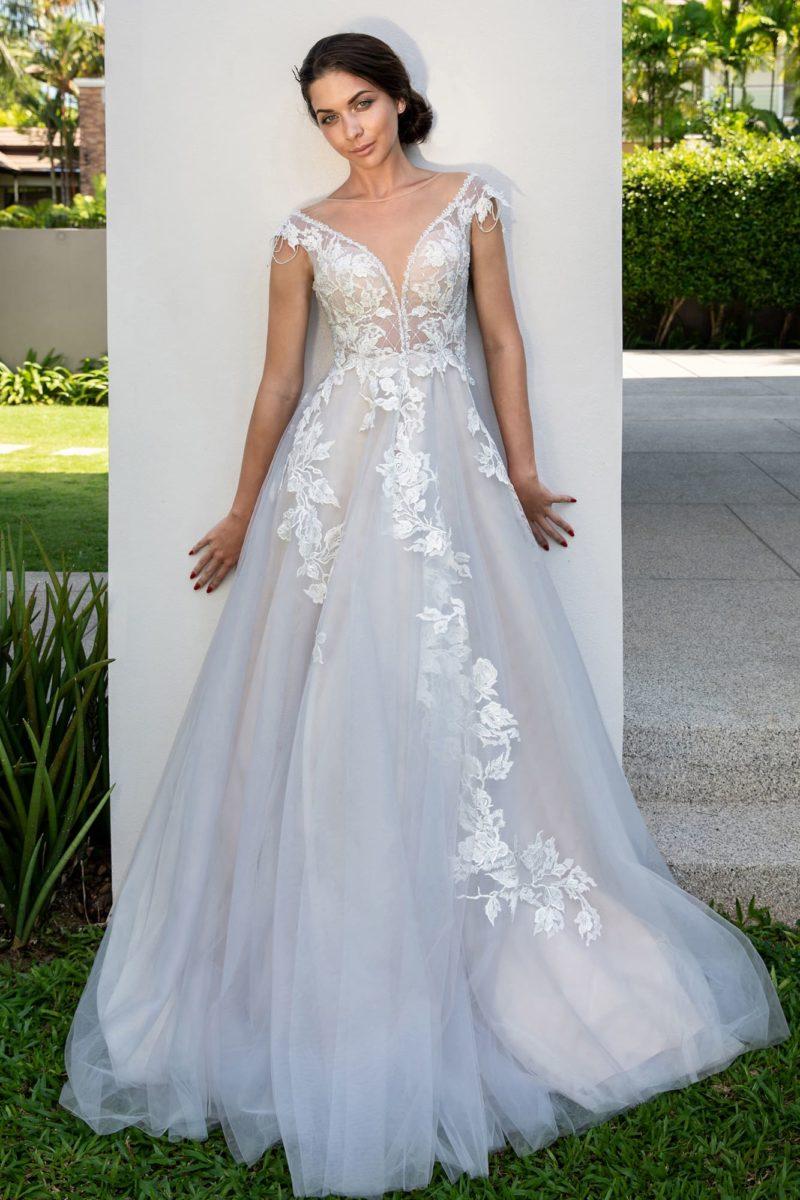 Воздушное свадебное платье с изящным декольте и аппликациями.