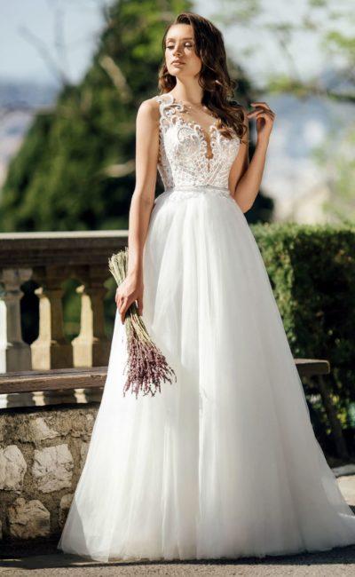 Пышное свадебное платье с глубоким вырезом и вставкой на спинке.