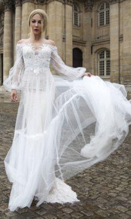 Свадебное платье оригинального кроя с кружевным декором.