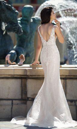 Свадебное платье «рыбка» с глубоким вырезом и аппликациями.