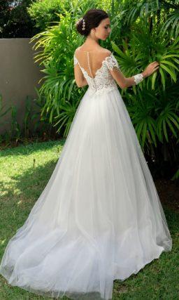 Великолепное свадебное платье с длинным рукавом и кружевом.