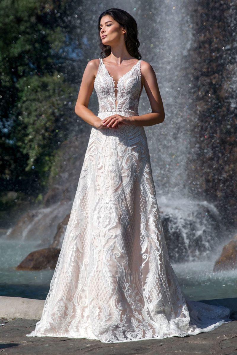 Свадебное платье покрытое кружевом