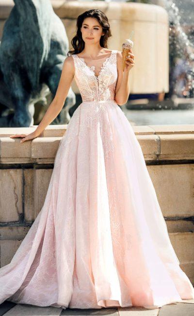 Пышное розовое свадебное платье с глубоким вырезом.