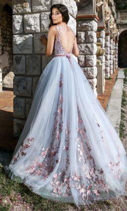 Пышное голубое свадебное платье с лиловой отделкой кружевом.