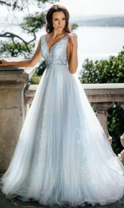 Пышное свадебное платье дымчатого оттенка с открытой спинкой.