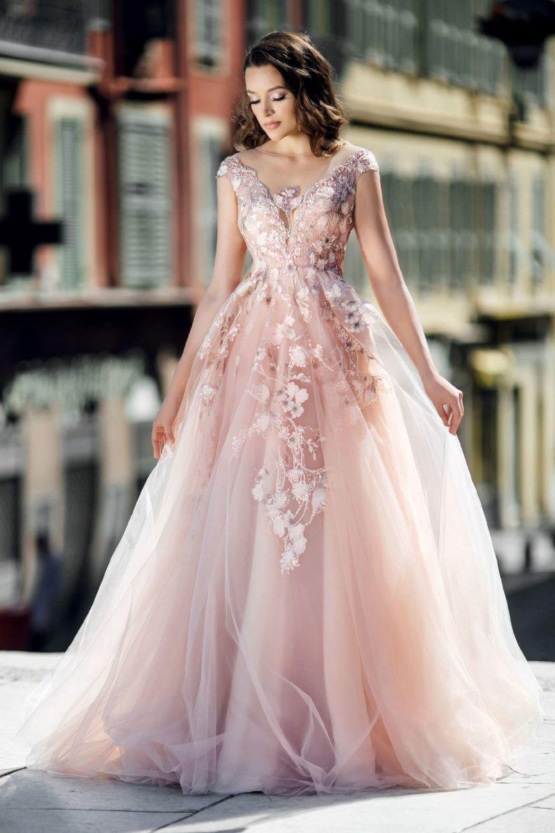 Розовое свадебное платье с воздушной юбкой и тонкой вставкой на спинке.