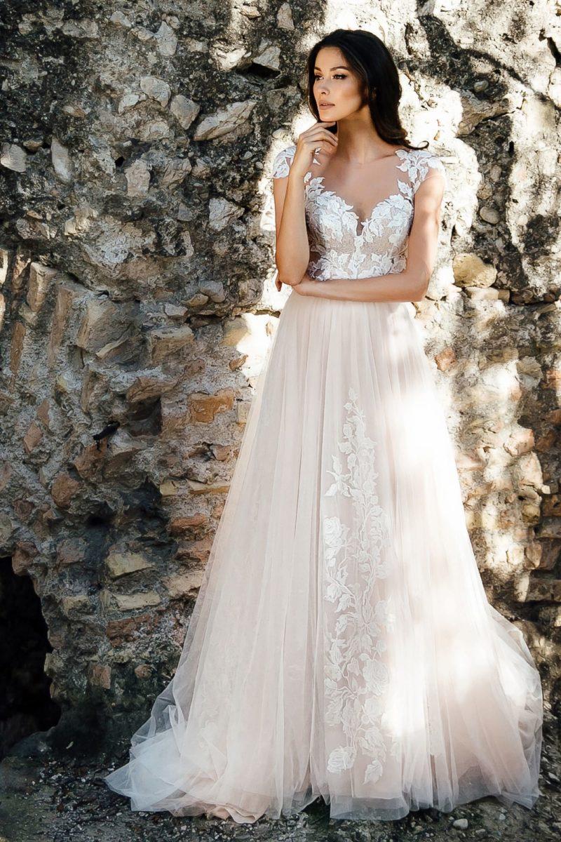 Свадебное платье цвета айвори с открытым корсетом на бретелях.