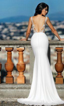 Свадебное платье «русалка» с глубоким вырезом и иллюзией прозрачности.