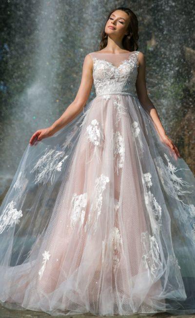 Розовое свадебное платье с многослойной юбкой с белыми аппликациями.