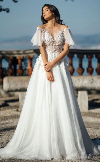 Элегантное свадебное платье с оборками и открытой спинкой.