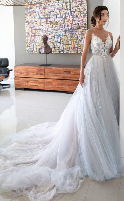 Дымчатое свадебное платье пышного кроя с отделкой аппликациями.