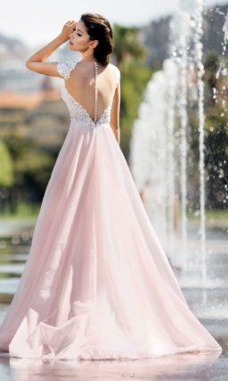 Пышное розовое свадебное платье с соблазнительным корсетом.
