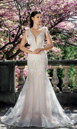 Свадебное платье «русалка» с глубоким вырезом и бантами.