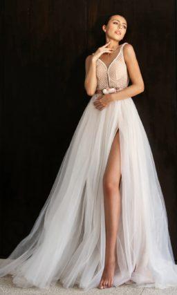 Свадебное платье с цветами на поясе и глубоким вырезом.