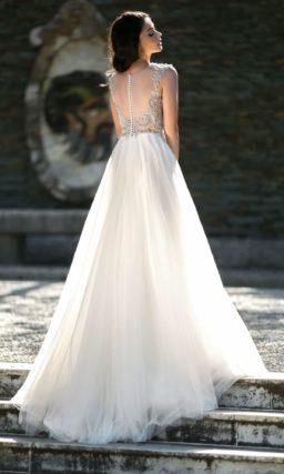 Свадебное платье пышного силуэта с роскошным оформлением корсета.