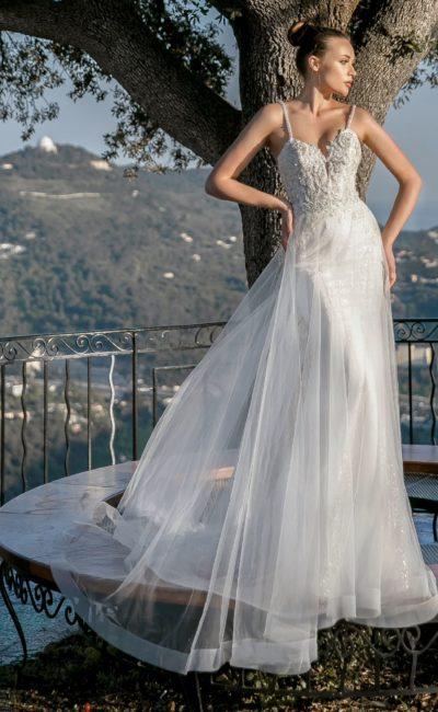 Свадебное платье «русалка» с верхней юбкой и открытым лифом.