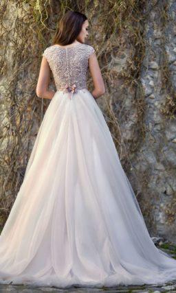Пышное свадебное платье с бантом на спинке и закрытым лифом.