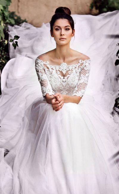 Пышное свадебное платье с рукавом и портретным вырезом.