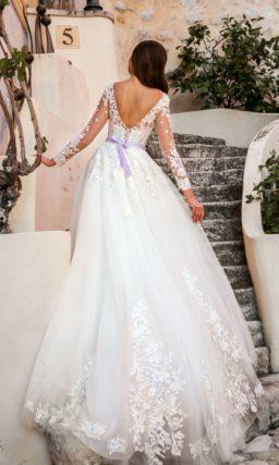 Пышное свадебное платье с лавандовым поясом и длинным рукавом.