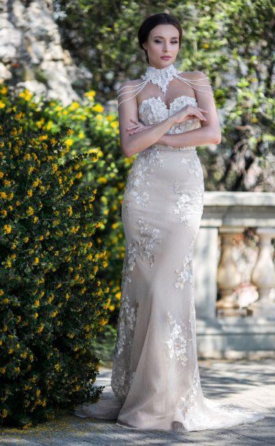 Свадебное платье «русалка» с открытым верхом и коротким шлейфом.
