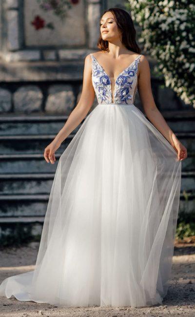 Свадебное платье с вышивкой на лифе и многослойной юбкой.