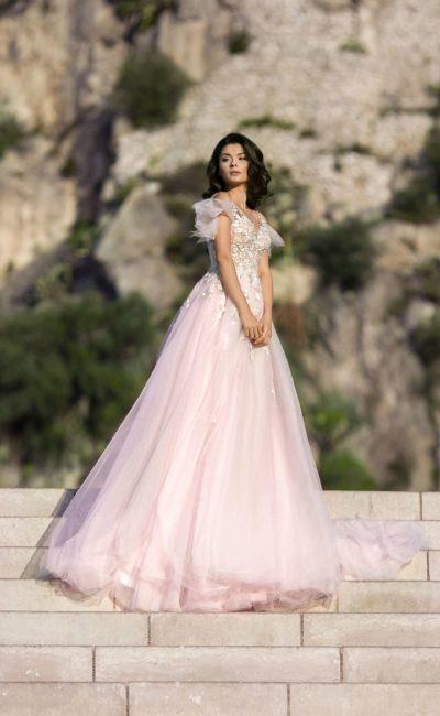Пышное розовое свадебное платье с оборками и кружевом.