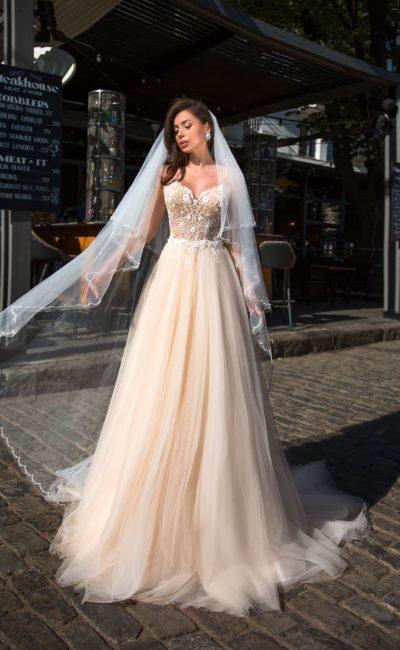 Цветное свадебное платье с расшитым корсетом и пышной юбкой