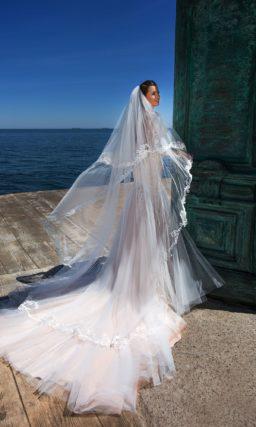 Эффектное свадебное платье с заниженной талией