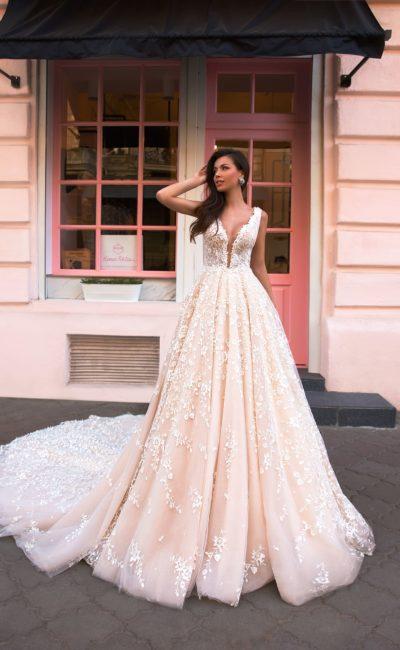 платье бледно розового оттенка