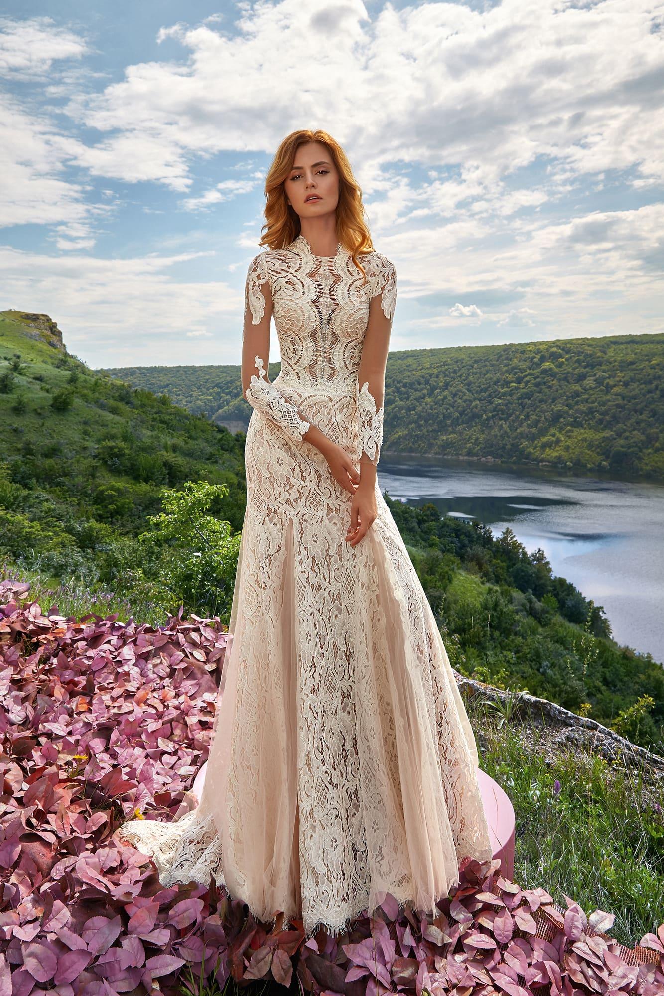 Кружевное свадебное платье с воротником