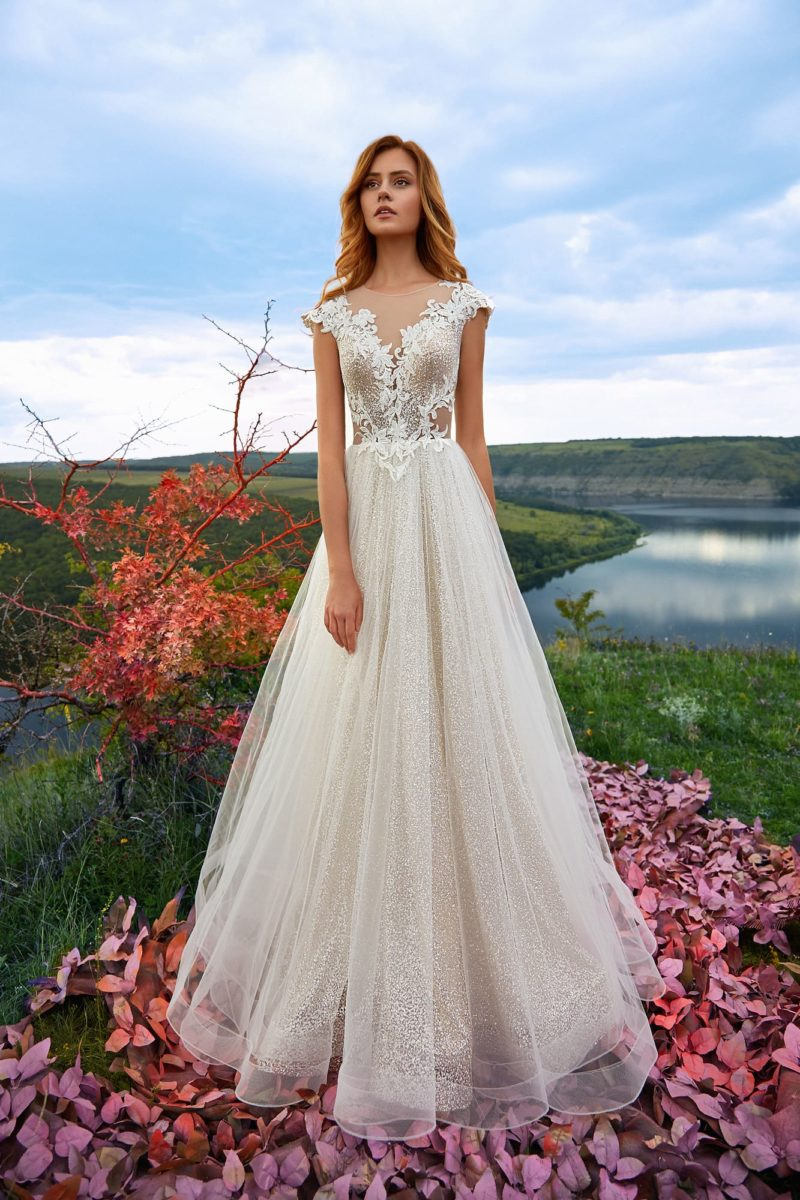 Нежное свадебное платье с красивой флористической аппликацией