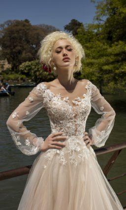 Оригинальное свадебное платье с удлиненным шлейфом