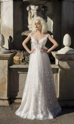 Чувственное свадебное платье прямого кроя с юбкой из многослойного узорчатого фатина