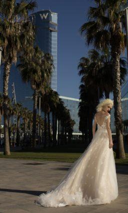 Нежное свадебное платье имеет отрезную линию талии