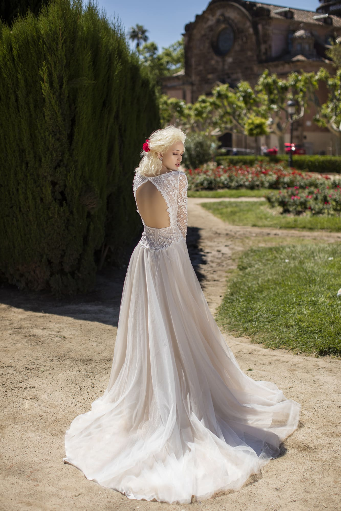 Стильное закрытое свадебное платье молочно-белого цвета с заниженной линией талии